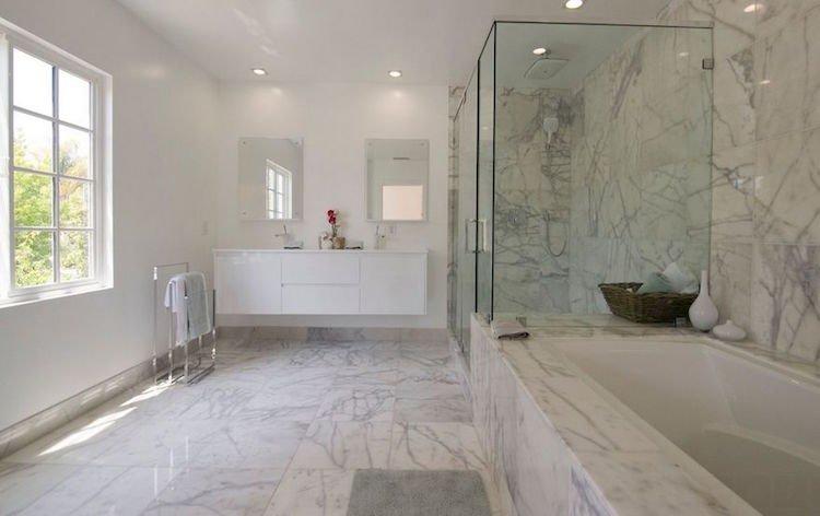 salle-bain-marbre-blanc-murs-sol-baignoire-peinture-blanche